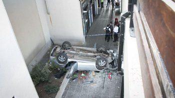 Cayeron desde el primer piso del aeropuerto con el auto