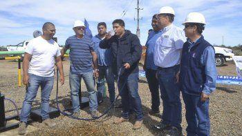 Claudio Vidal, acompañado por otros referentes del gremio y técnicos de Sinopec, prueba un sorbo de agua extraído de los pozos de Meseta Espinoza.