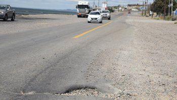 Una prueba clara de que las reparaciones en la ruta fueron provisorias se evidencia en el mismo acceso norte a Caleta Olivia, donde los conductores deben eludir peligrosos baches que continúan carcomiendo la calzada.