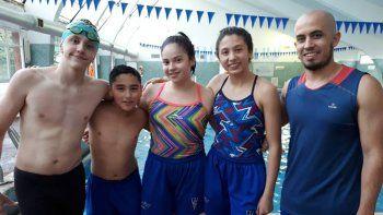 Los cuatro nadadores del Club Huergo junto a su profesor Pablo García.