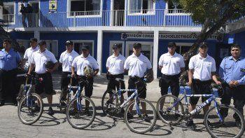 Parte de los policías del Comando Radioeléctrico dejaron sus habituales uniformes azules para usar pantalones cortos, chombas y patrullar zonas de playas en bicicletas.