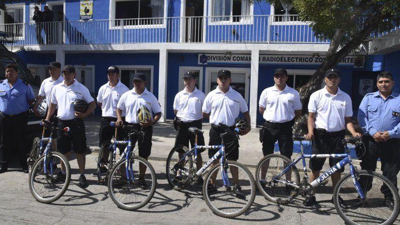 Parte de los policías del Comando Radioeléctrico dejaron sus habituales uniformes azules para usar pantalones cortos