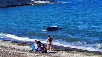 Subió la marea y no alcanzó a sacar su camioneta 4x4