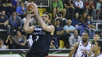 El alero de Gimnasia Sebastián Vega se eleva para convertir en el partido del domingo ante Weber Bahía Basket.
