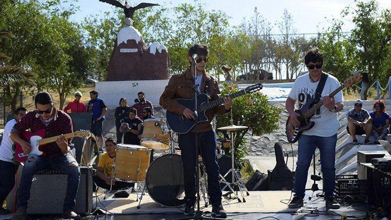 El espectáculo musical comenzó con la actuación de la banda de rock Jasped.