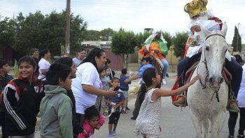 En Caleta Olivia, los Reyes Magos petroleros se desplazaron por los barrios montando caballos criollos.