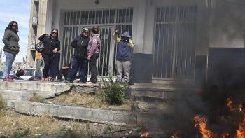 La primera protesta laboral del año en Caleta Olivia, con piquete incluido, se registró ayer frente a la sede de Ministerio de Trabajo de la provincia.