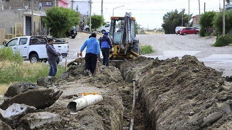 El municipio utilizó material de rezago de la industria petrolera para extender la nueva cañería por un trayecto de setenta metros.