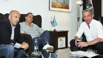 Mariano Arcioni y Carlos Linares junto a Ricardo Sastre, quien promovió la reunión de ayer en Rawson.