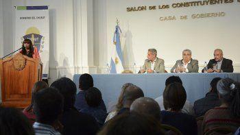 La ministra de Educación de Chubut habla durante la firma del convenio.