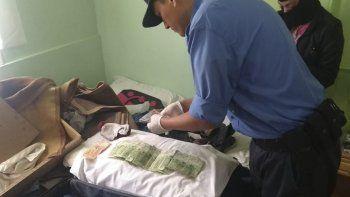 La policía allanó la habitación del hospedaje de Sarmiento y 25 Mayo donde la pareja pernoctaba.