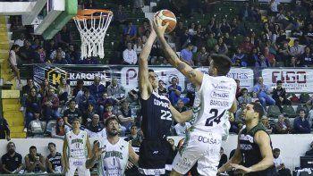 Franco Giorgetti se eleva y le mete un tremendo tapón a Bruno Barovero en el partido que Gimnasia le ganó a Atenas en el Socios.