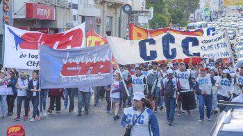 Más de 400 personas se movilizaron en Comodoro para protestar contra  el ajuste de Macri