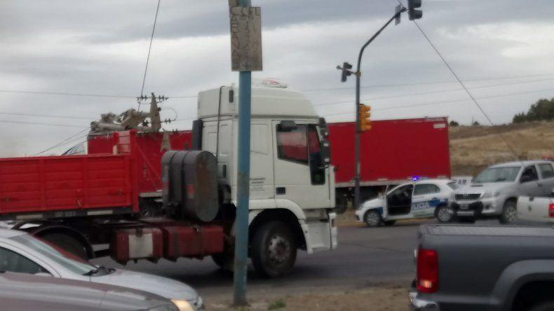 Un camión arrancó un trasformador y dejó sin luz a barrios de Comodoro