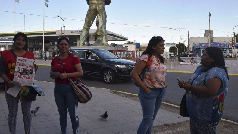 La convocatoria a la protesta por los tarifazos fue un total fracaso en Caleta Olivia. Solo acudió un reducido grupo de militantes del Partido Obrero ante la indiferencia del resto de la comunidad.