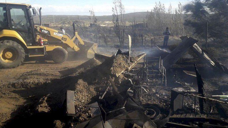Máquinas viales del municipio circunscribieron el incendio evitando que se propagara a terrenos aledaños.