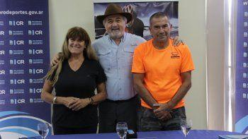 Los organizadores Nancy Regina y Mario Sosa junto a Othar Macharashvili, presidente de Comodoro Deportes.