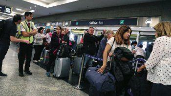 Hay demoras y vuelos cancelados pese a que se levantó el paro de pilotos