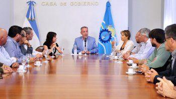 El gobernador Mariano Arcioni encabezó la firma de los convenios.