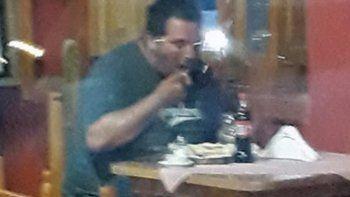 encuentran a desaparecido comiendo un churrasco