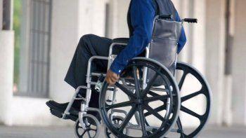 Lo atropellaron y ahora solicita una silla de ruedas para movilizarse