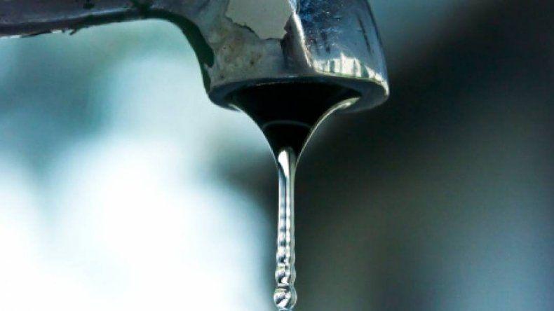 A partir del mediodía comienza a normalizarse el servicio de agua