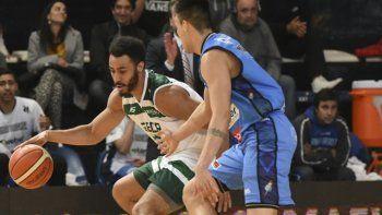 Dwight Lewis con el balón marcado por José Materán en un duelo entre Weber Bahía Basket y Gimnasia por el Super 20.