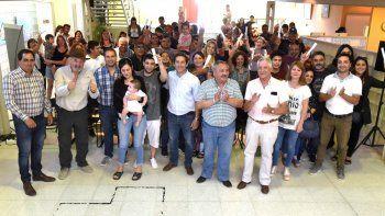 La ceremonia en la que autoridades municipales entregaron las resoluciones de tierras a habitantes de Km 8.