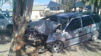 abandono su auto luego de estrellarse contra un arbol