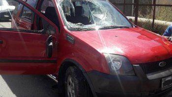 En el barrio Mosconi se registraron ayer por la mañana dos accidentes de tránsito. En uno de ellos una Ford EcoSport terminó volcando después de ser chocada por otro vehículo.