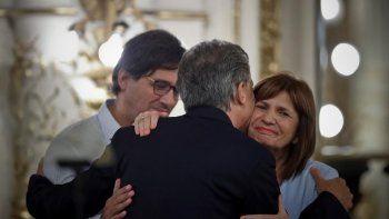 Macri es felicitado por su ministra preferida, con la que según todo indica compartiría la fórmula en las elecciones presidenciales.