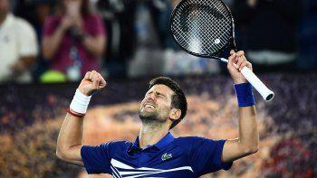 Novak Dokovic festeja su pase a los cuartos de final del primer Grand Slam de la temporada.