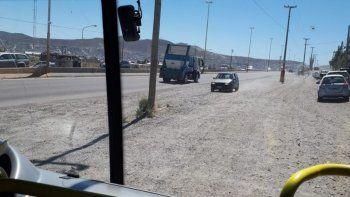 denuncian a automovilistas que circulan por colectora en el parque industrial