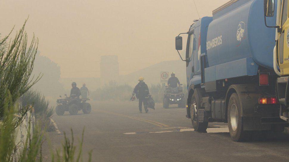 El incendio en el paraje Aldea Escolar alcanzó al menos dos viviendas de la zona y trabajan para controlar las llamas.