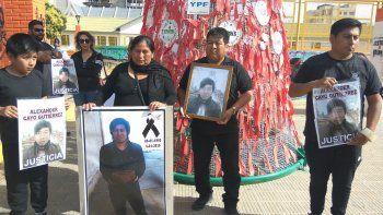 En la plaza de la Escuela 83, los familiares de Omar Cayo Gutiérrez pidieron que se esclarezca cómo murió, ya que consideran que el cuerpo fue encontrado con golpes.