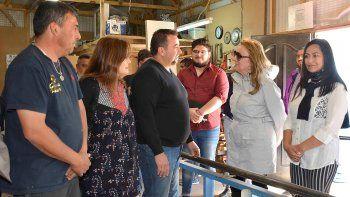 Acompañada por integrantes de su equipo de gobierno, Alicia Kirchner visitó un taller de fabricación y reparación de muebles.