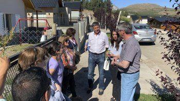 Gustavo Menna hizo campaña ayer en Esquel, junto al intendente Sergio Ongarato.