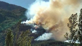 Tratan de controlar incendio en  los alrededores de Lago Puelo