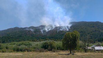 En Lago Puelo ayer continuaban trabajando en un incendio de magnitud que se produjo el domingo por la tarde.
