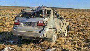 La camioneta en la que viajaban siete integrantes de una familia bonaerense, de los cuales dos fallecieron, quedó seriamente destrozada y a varios metros de la cinta asfáltica.