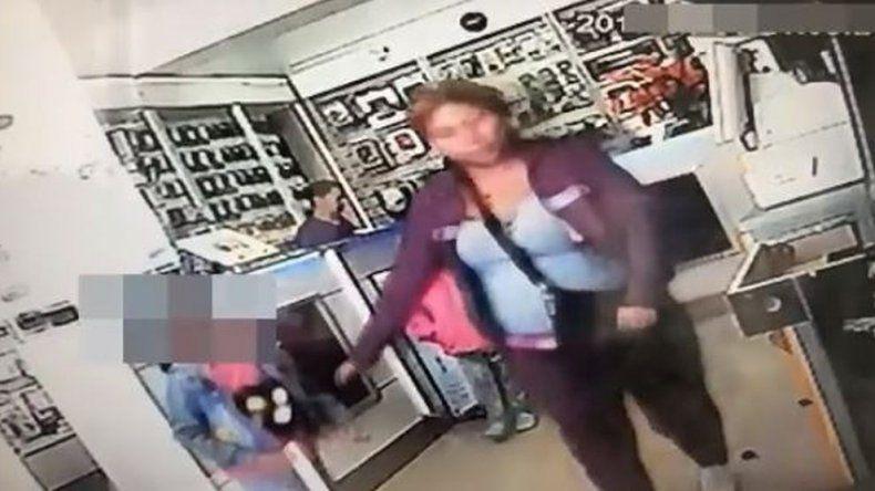Una mujer ingresó a un local a robar con una nena y quedó registrada