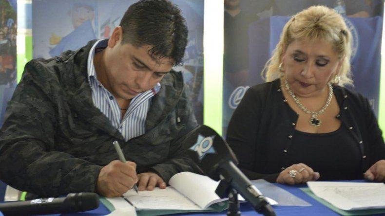 Claudio Vidal y Marcela González suscribieron un convenio de traspaso del complejo polideportivo.
