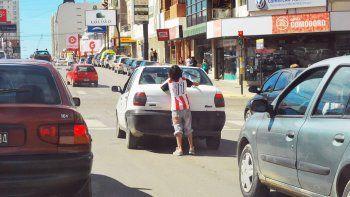 Una problemática que crece día tras día: limpiavidrios en las esquinas de Comodoro Rivadavia.