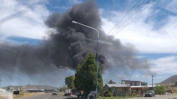 Importante incendio a pocos metros de la planta de Gas del Estado