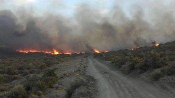 El fuego trepó por ondulaciones del terreno y se propagó favorecido por las altas temperaturas, la escasa humedad y el intenso viento.