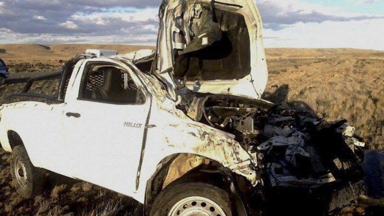 La Toyota Hilux que volcó en la Ruta 40 quedó seriamente destrozada y su conductor falleció de manera instantánea.