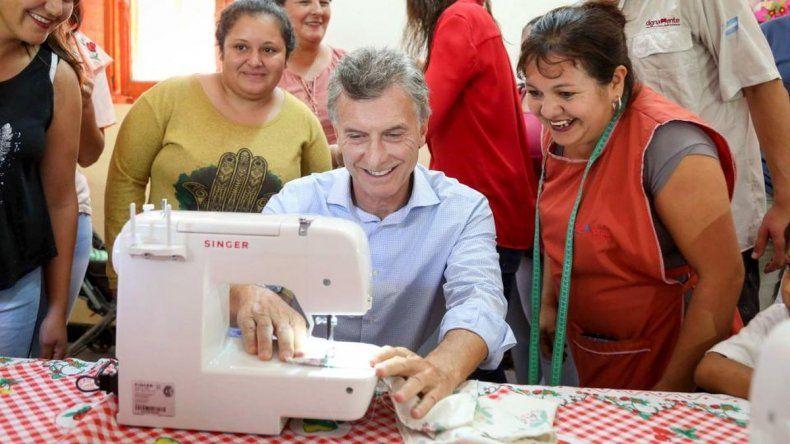 Macri posó con una máquina de coser que dejaron de producirse tras 64 años