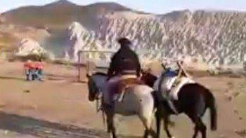 vecino de valle c unira comodoro y sarmiento a caballo