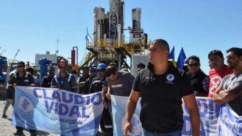 La protesta contra Sinopec por la reducción de perforaciones se realizó ayer junto a un equipo de torre emplazado en el yacimiento Piedra Clavada.