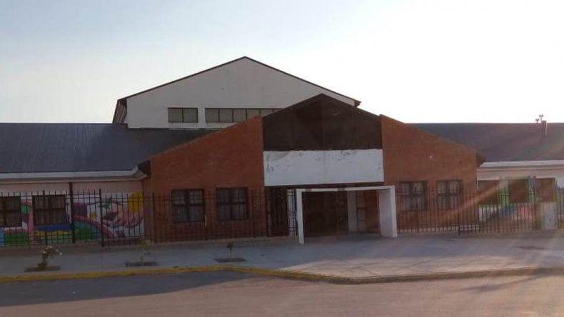 Vecinos preocupados por la presencia de líquidos cloacales en una escuela